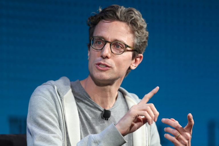 BuzzFeed acquires HuffPost from Verizon